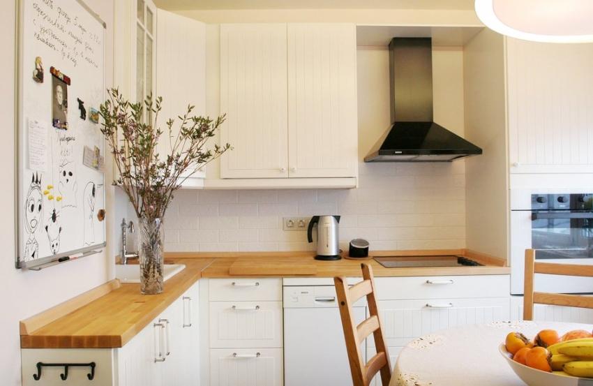 При оформлении кухни в белом цвете лучше использовать лампы и светильники с желтым оттенком
