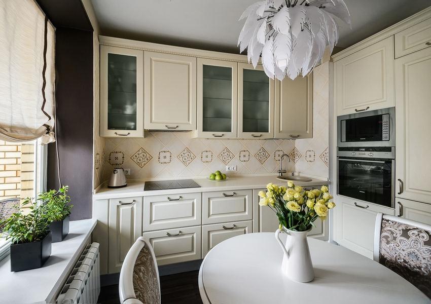 Для оформления интерьера кухни в классическом стиле лучше использовать гарнитур цвета слоновой кости