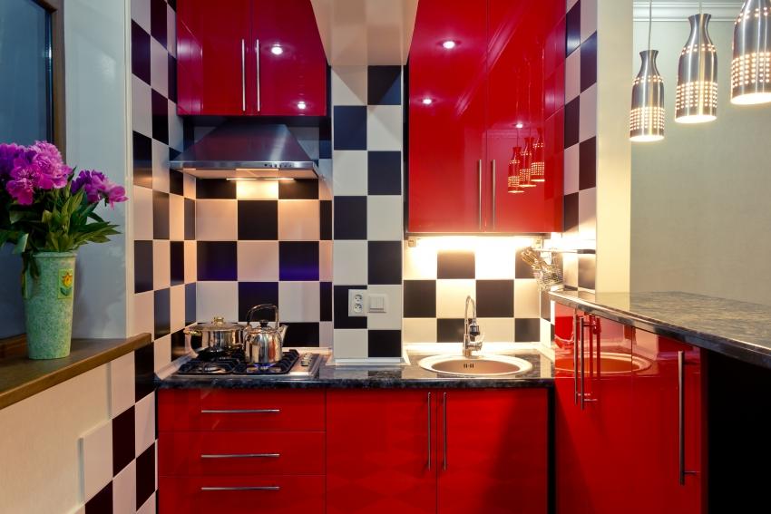 Подсветка шкафчиков помогает экономить электроэнергию при работе на кухне в темное время суток, освещая только нужные участки рабочей зоны