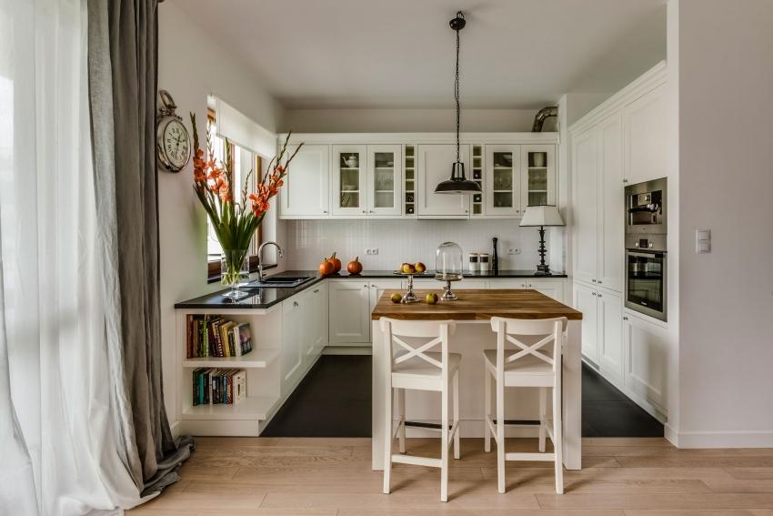 Идеально ровный и белый потолок считается лучшим универсальным решением для всех стилей интерьера, особенно если высота кухни среднего размера