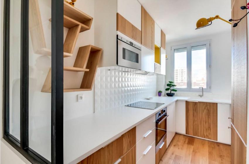 Для оформления маленькой кухни в стиле модерн можно использовать интересные аксессуары и мебель необычной формы