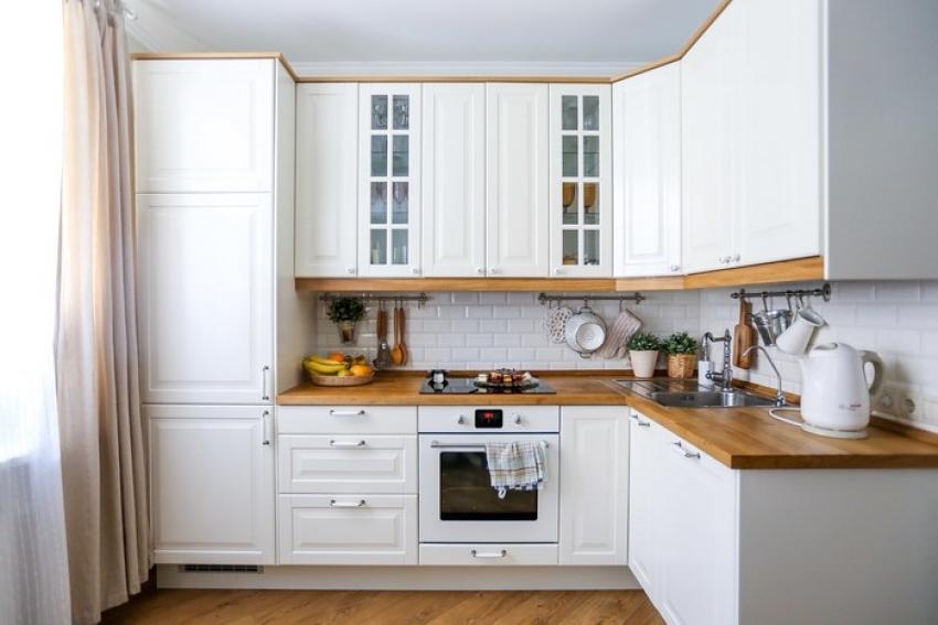 Для покраски потолка на кухне лучше использовать моющуюся краску