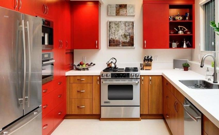 Яркие оттенки кухонного гарнитура необходимо сочетать с более спокойными, нейтральными тонами