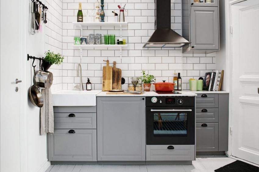Дополнительное место для хранения вещей на маленькой кухне можно обеспечить, используя разнообразные полки и крючки