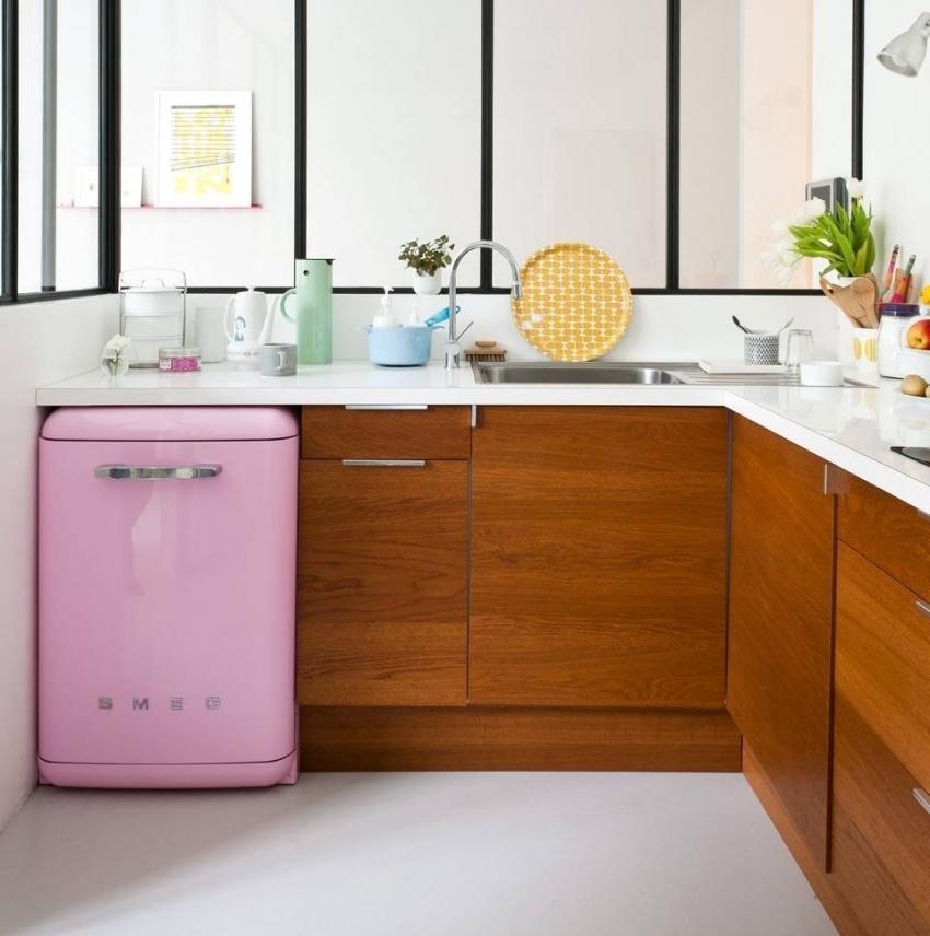 Одним из лучших способов визуально расширить кухню является использование прозрачных перегородок вместо стен