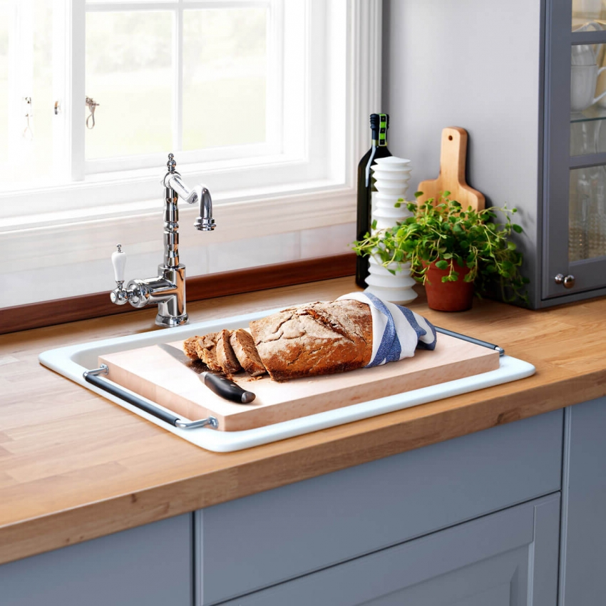 Расположив рабочую поверхность вместо подоконника, можно увеличить полезную площадь на малогабаритной кухне
