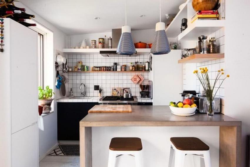 Визуально расширить пространство малогабаритной кухни можно, используя мебель светлых оттенков