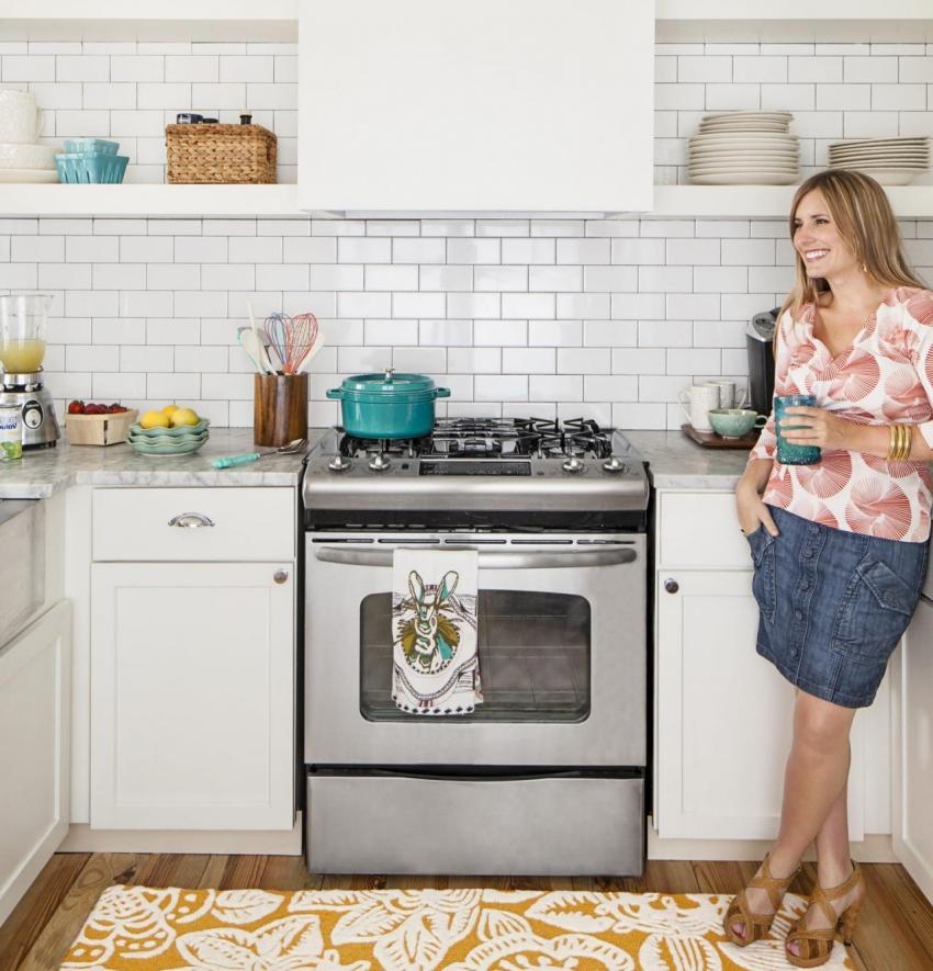 При грамотном планировании малогабаритной кухни, можно не только удобно готовить, но и отдыхать