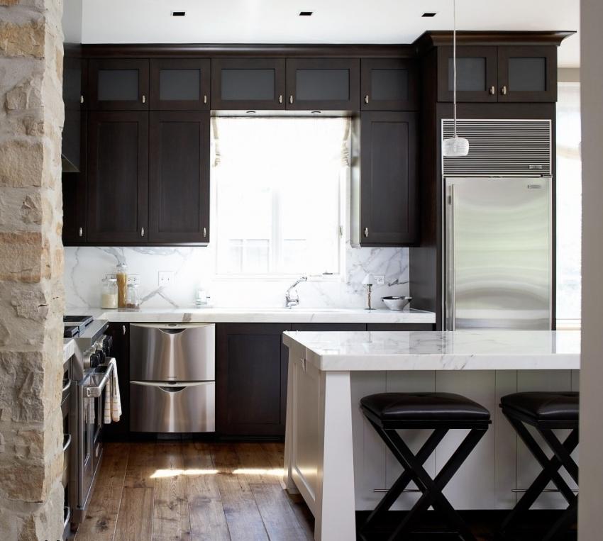 Большое открытое окно – залог хорошего освещения на маленькой кухне