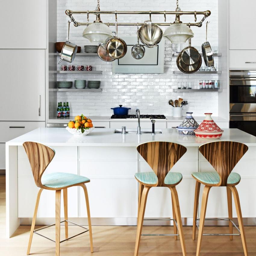 Дополнительное место для хранения на маленькой кухне можно обеспечить, установив держатель для кастрюль и сковородок над рабочим столом