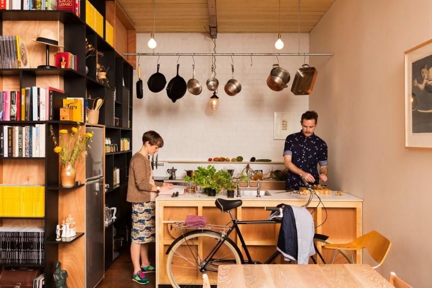 Даже на небольшой кухне можно удобно расположить и рабочую зону и зону отдыха, правильно подобрав и расположив мебель и приборы