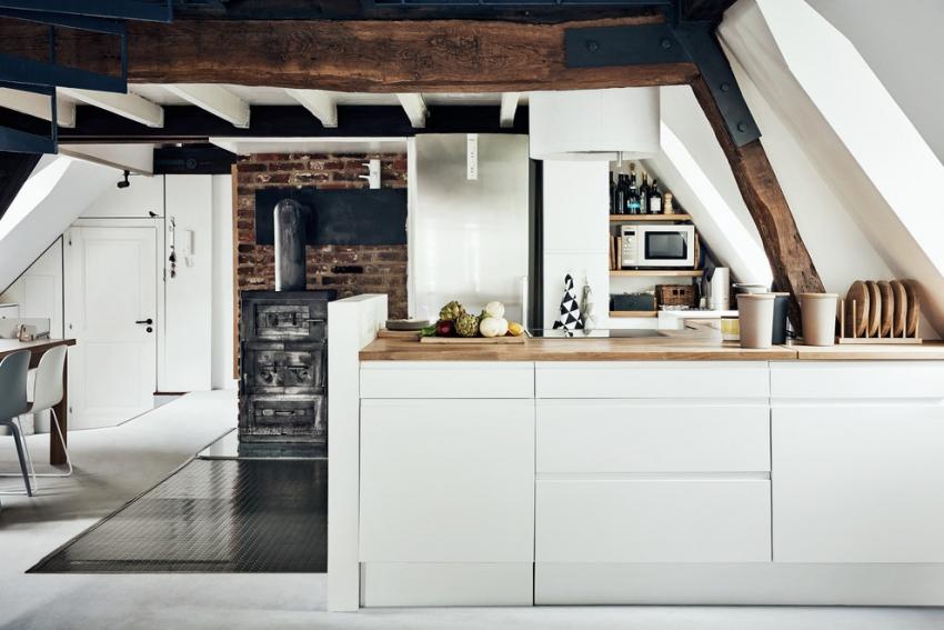 Пример удачного расположения маленькой кухни в мансардном помещении