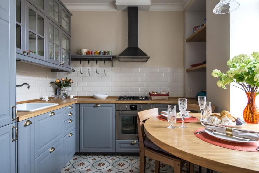 При небольшом помещении кухни, некоторые предметы или приборы можно вынести в другие помещения, например холодильник – в коридор, а обеденную зону частично объединить с лоджией