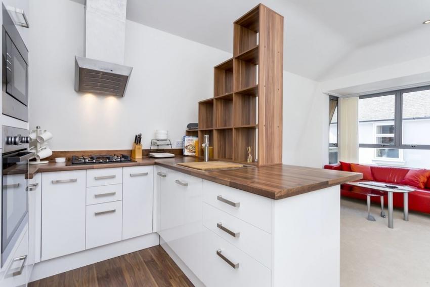 Пример зонирования кухни в квартире-студии с помощью полок-стеллажей