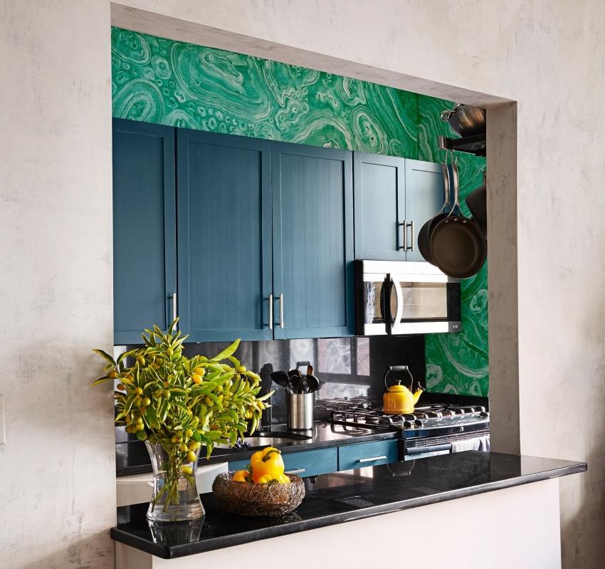 Пример визуального расширения пространства кухни за счет небольшой арки, выступающей в роли барной стойки
