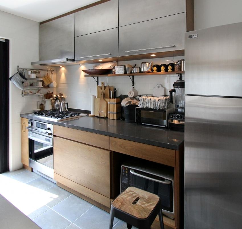 Для небольшой кухни в стиле модерн хорошим решением будет выбрать глянцевую мебель цвета металлик