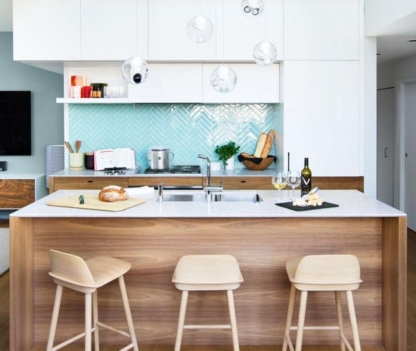 Глянцевая плитка имеет отображающие свойства, поэтому пространство кухни кажется больше