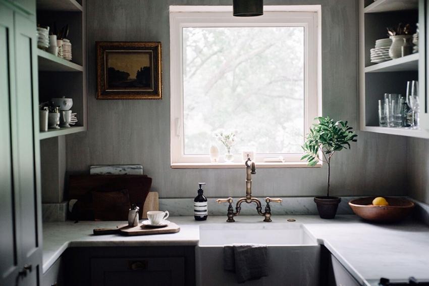 Для маленькой кухни лучше не использовать отделку и мебель темных оттенков