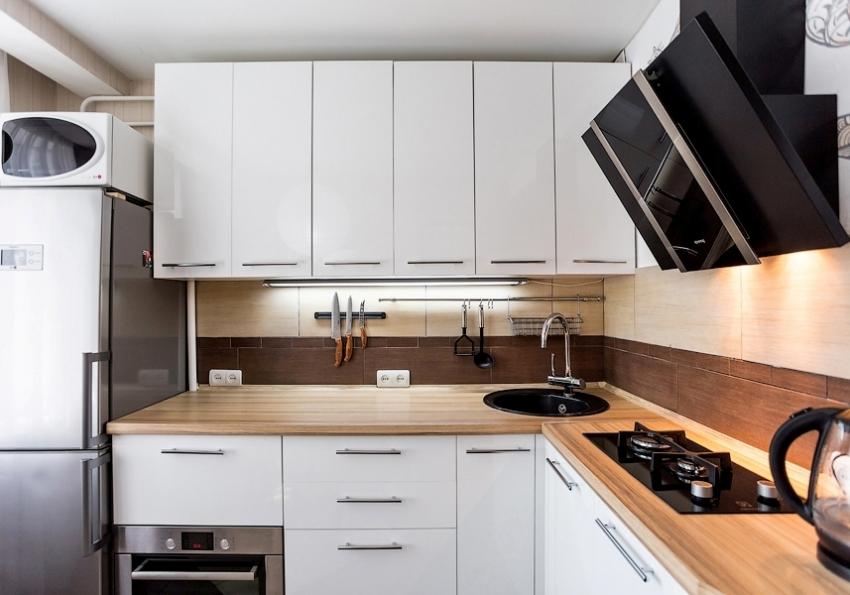 Угловой гарнитур считается одним из лучших решений для малогабаритной кухни