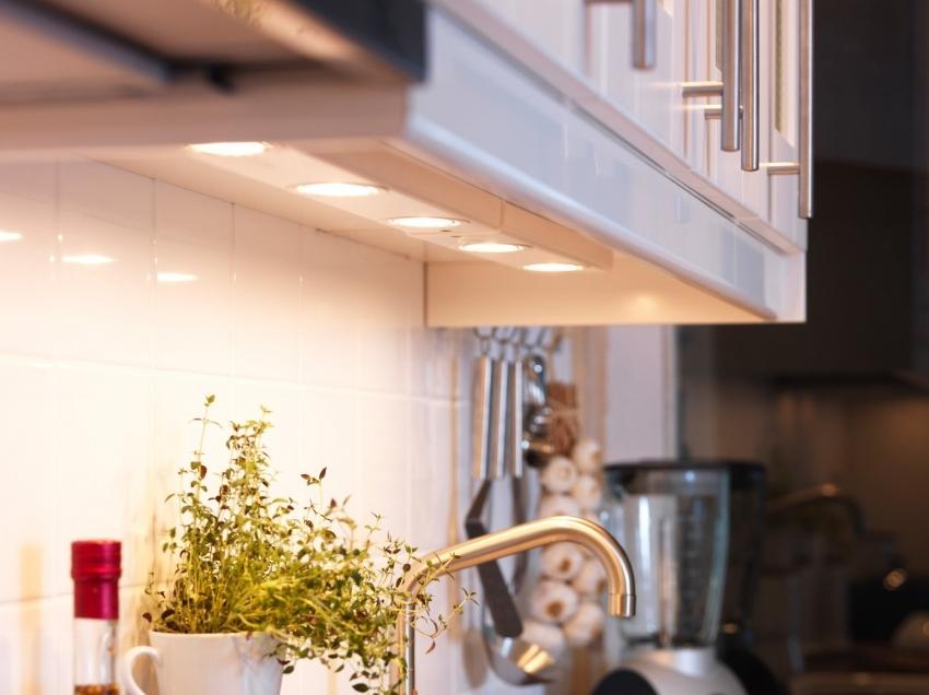 При выборе кухонного гарнитура, стоит обратить внимание не возможность установки дополнительного светодиодного освещения под шкафы