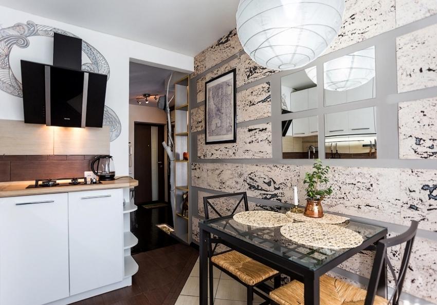Использование зеркал и стеклянной мебели визуально облегчает пространство малогабаритной кухни