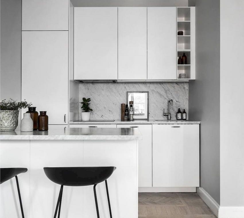Кухня в стиле хай-тек предполагает минимальное количество цветовых акцентов и аксессуаров