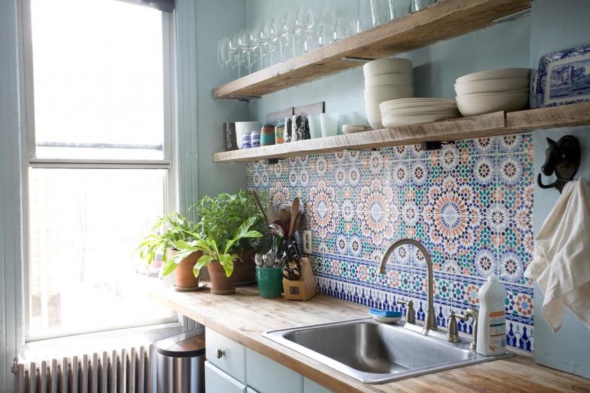 При оформлении фартука кухни с открытыми полками следует использовать плитку с интересным орнаментом или формой