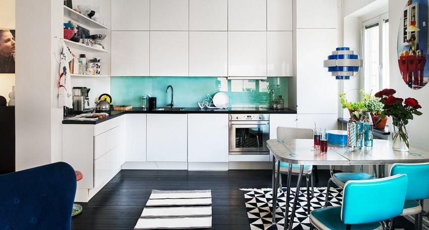 Цветное полотно из глянцевого стекла освежает интерьер белой кухни