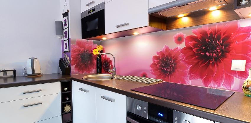 Одними из самых популярных на сегодняшний день являются стеклянные фартуки на которых изображены разнообразные цветы
