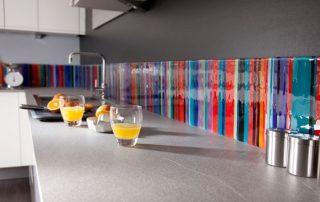 Фартук для кухни из стекла: как выбрать и установить панель