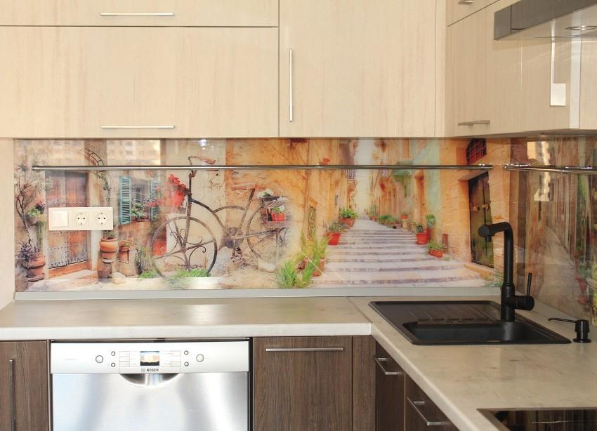 Фотопечать на стеклянном фартуке городских пейзажей — это выигрышный вариант для самых разнообразных стилевых направлений кухонь