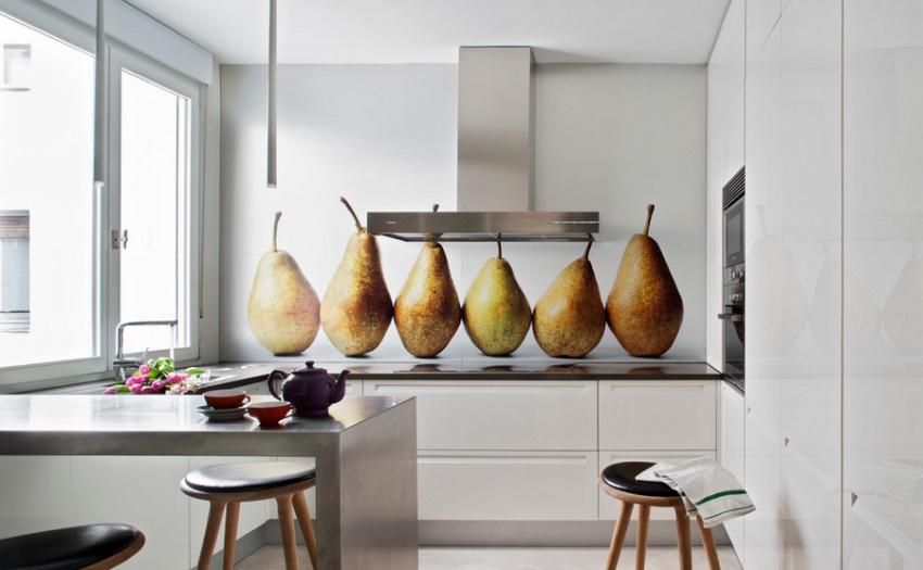 Крупные фрукты на стеклянном фартуке эффектно смотрятся на лаконично белой кухне