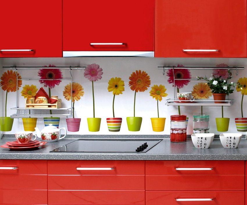 Прочные стеклянные панели станут настоящим украшением для любой кухни