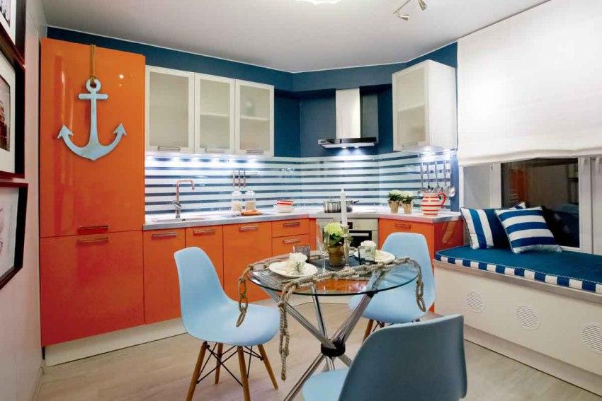 В дополнение к традиционной внешней подсветке часто используют и внутреннюю, которую размещают между двумя стеклянными панелями