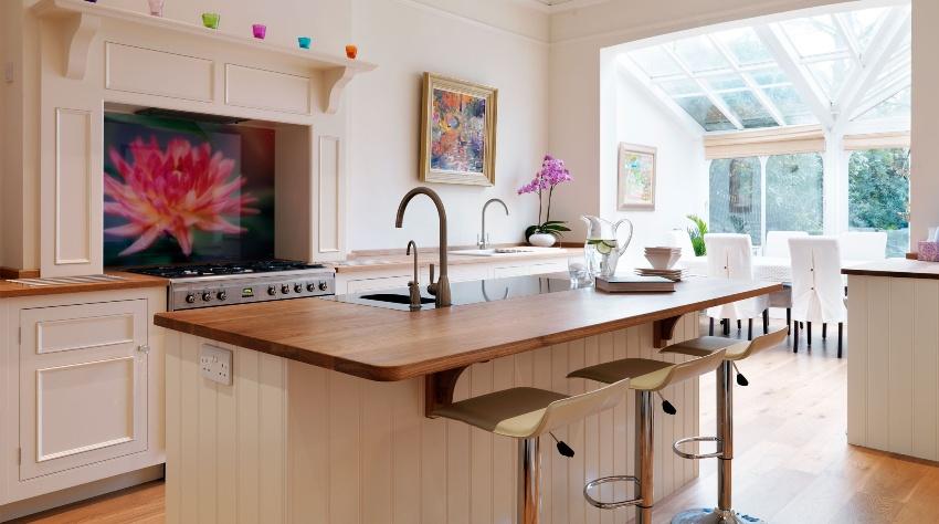 Установив на кухне стеклянный фартук скинали, типовая кухня станет более изысканной и оригинальной