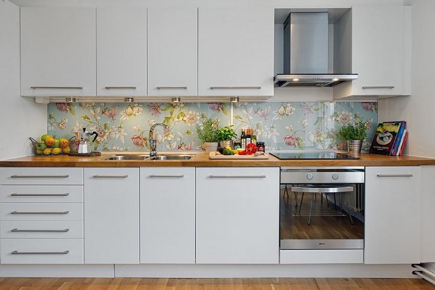 Панель на кухню с рисунком на виниловой пленке — более бюджетный вариант, но наклеенный на стекло узор со временем может выгорать и отслаиваться