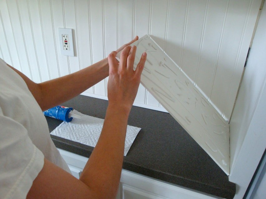 Технология установки фартука на клей предельно проста - главное в процессе работы точно выровнять все элементы и максимально совместить стыки соседних панелей