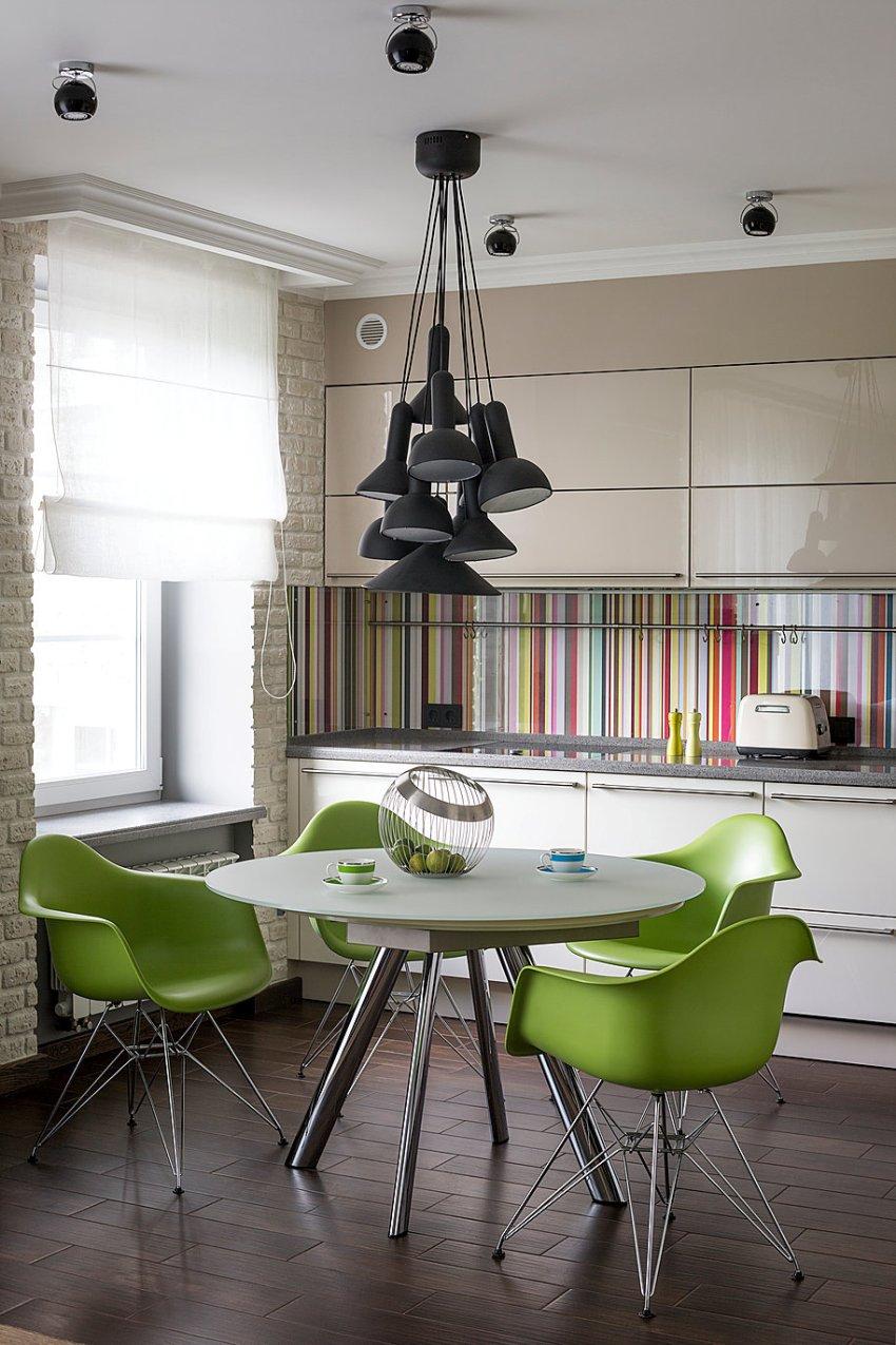 Цветные полосы на стеклянном фартуке отлично вписываются в минималистичный интерьер кухни