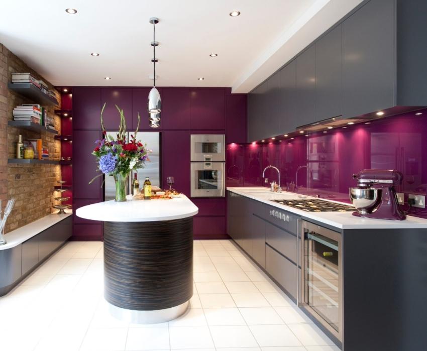 Часто стеклом закрывают обои или покрашенные стены, чтобы не перегружать интерьер кухни разнородными поверхностями