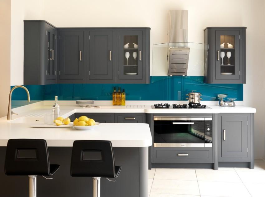 Отличный вариант для кухни — многослойное стекло триплекс, которое разбить невозможно, а при сильных повреждениях просто покроется трещинками