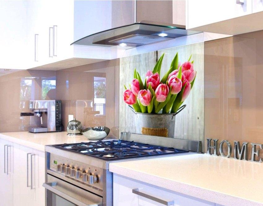 Цветочный сюжет идеально подчеркнет стиль кухни, создавая романтичную атмосферу внутри помещения