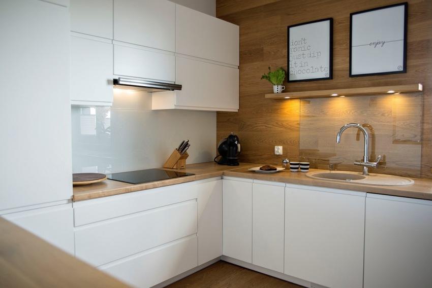 Монтаж стеклянной панели на кухне должен производиться только после окончательной установки мебели