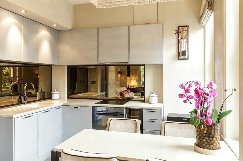 Зеркальный фартук идеален для интерьера маленькой кухни: отражая предметы, он способен визуально увеличить пространство комнаты