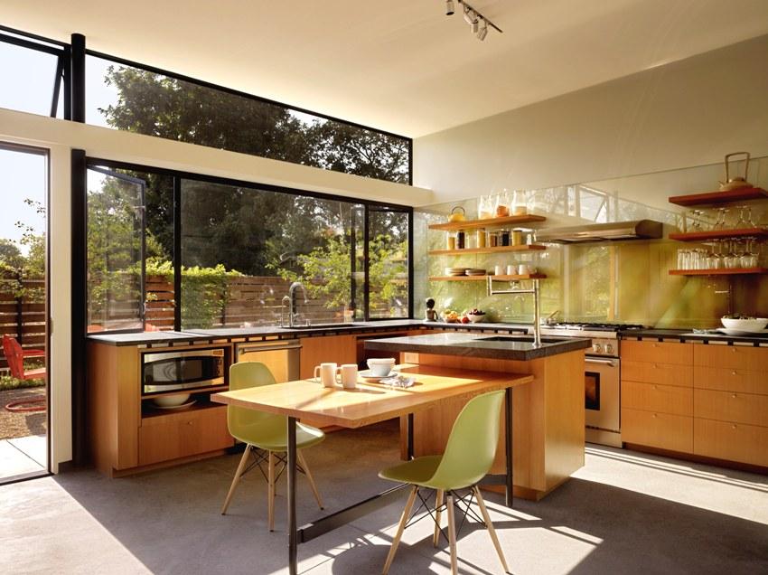 При выборе цвета и рисунка стеклянного фартука следует ориентироваться на общее стилевое решение кухни