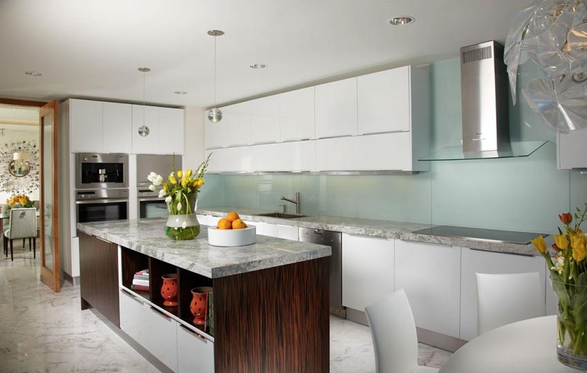 Фартуки из стекла изготовляют с учетом индивидуальных особенностей кухни
