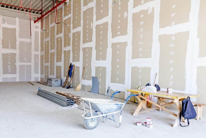 Для стен можно использовать гипсокартон большей толщины, но для потолка обычно используются листы 9,5 мм для того, чтобы уменьшить вес потолочной конструкции