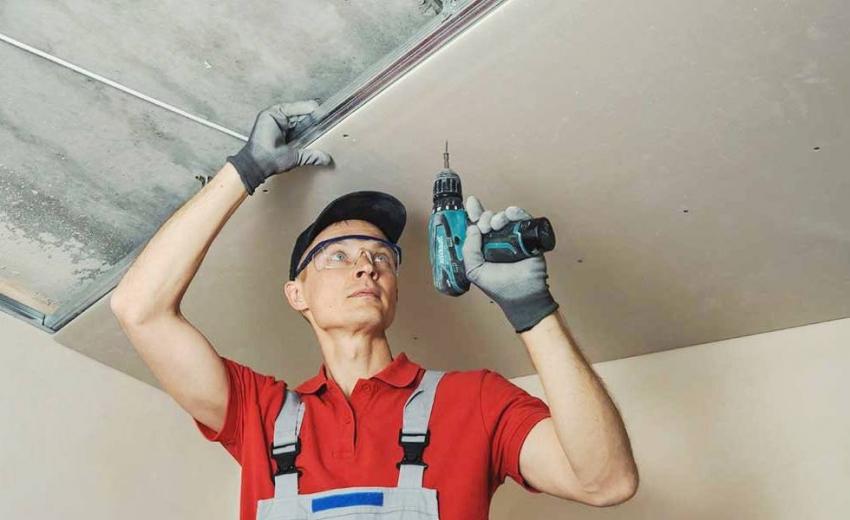 Монтаж потолочного гипсокартона осуществляется с помощью саморезов и шуруповерта