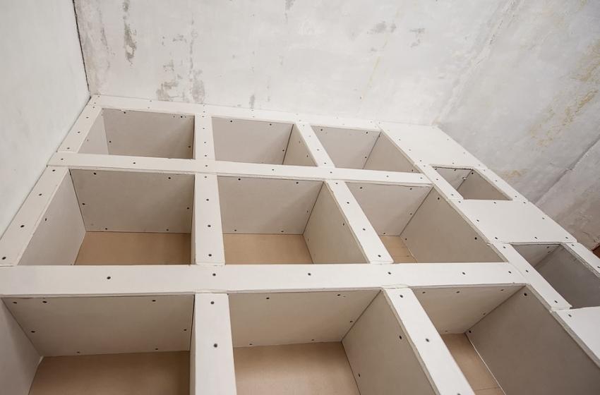 С помощью гипсокартона можно не только выравнивать стены и потолок, но и создавать сложные конструкции по типу арок или ниш