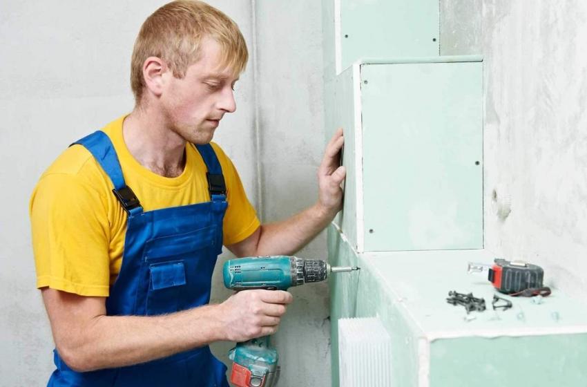 Влагостойкий гипсокартон используется для обшивки конструкций, стен и потолка в среде с высокими показателями влажности