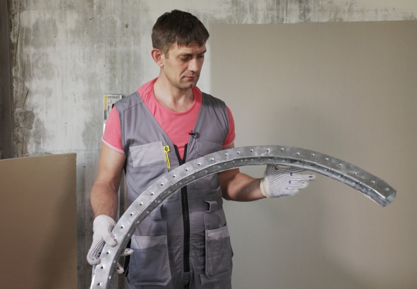 Арочные профили имеют изогнутую форму, благодаря чему формируется ровный изгиб арки